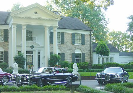 Stutz in front of Elvis' mansion